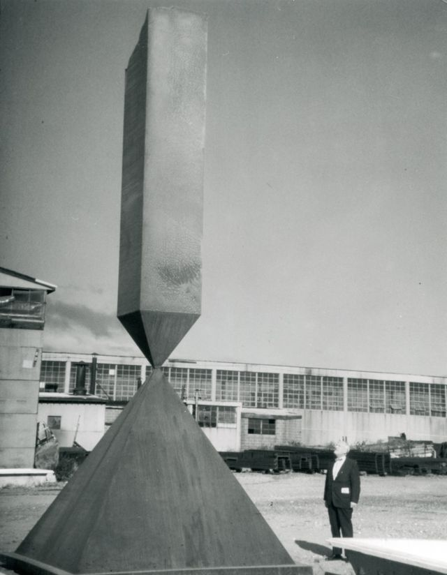 Newman and _Broken Obelisk_ outside the Lippincott Foundry, North Haven, Connecticut, 1967. Photo by Lippincott, Inc.