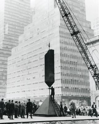 Installation of _Broken Obelisk_ in front of the Seagram Building, New York, 1967. Photo by Judd Mehlman/NY Daily News/Getty Images